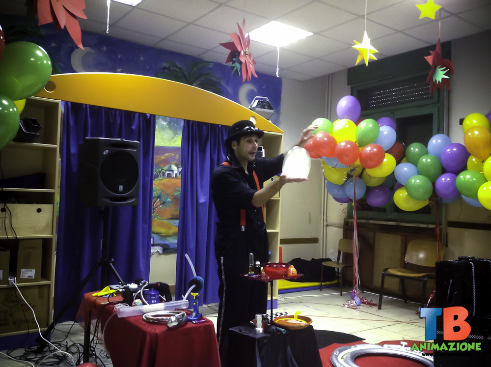 uno dei nostri animatori all-opera durante il laboratorio bolle di sapone, una delle feste per bambini a roma di tb animazione