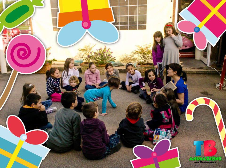 dei bambini in cerchio che ascoltano la storia di una ragazza, una delle animatrici per le nostre feste per bambini a roma
