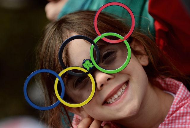 una bambina che sorride che indossa degli occhiali con i cerchi olimpici durante una delle nostre feste a tema a roma