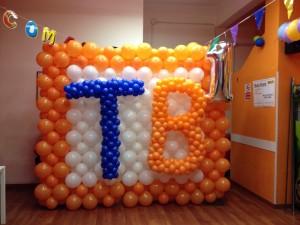"""palloncini arancioni e blu che formano la scritta """"TB"""""""
