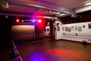 una sala da ballo vuota con luci rosse e blu prima dell'arrivo del dj matrimonio a roma