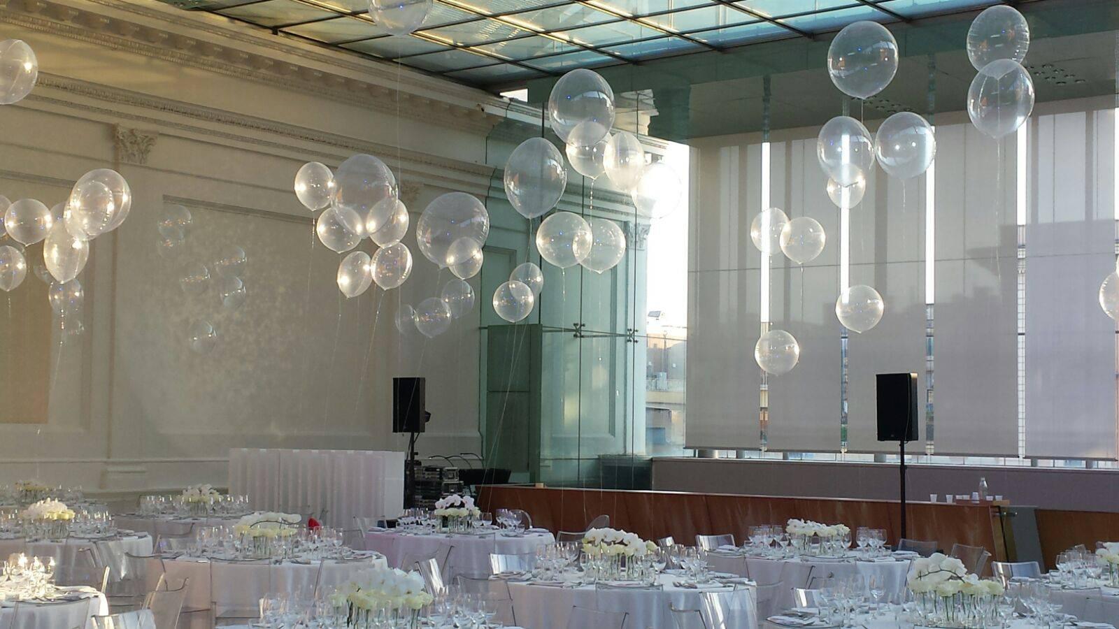 la sala del ricevimento di un matrimonio, con dei palloncini trasparenti che fluttuano. Uno degli allestimenti di palloncini a Roma offerti da TB Animazione