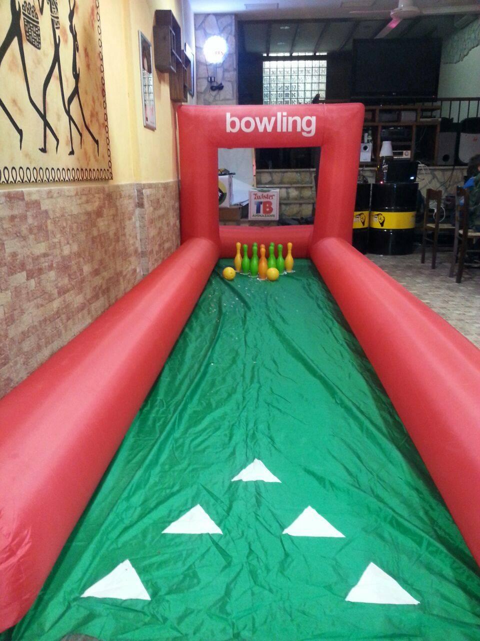 un bowling gonfiabile verde e rosso, uno dei nostri giochi speciali per bambini
