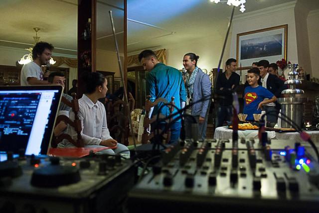 il mixer e computer in primo piano con gli invitati sullo sfondo. Uno dei nostri dj matrimonio a Roma all'opera