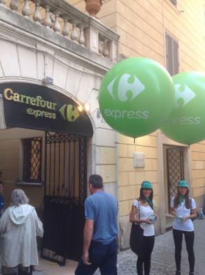 l'entrata di un supermercato con palloncini verdi d'inaugurazione, uno dei nostri eventi aziendali a Roma